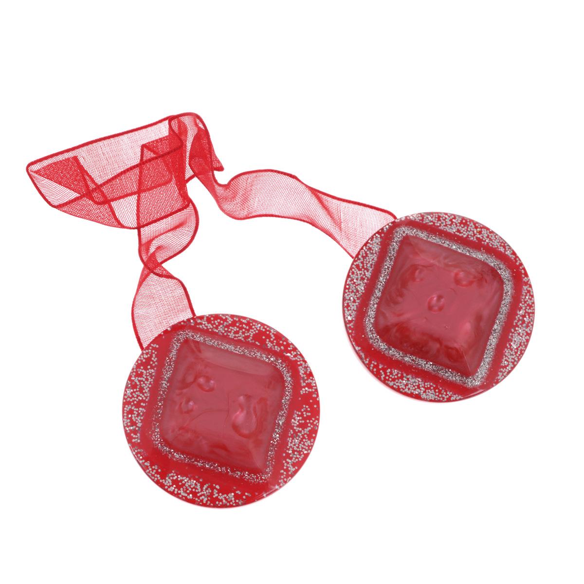 """Клипса-магнит """"Calamita Fiore"""", изготовленная из пластика и текстиля, предназначена для придания формы шторам. Изделие, декорированное блестками, представляет собой два магнита круглой формы, расположенные на разных концах текстильной ленты. С помощью такой магнитной клипсы можно зафиксировать портьеры, придать им требуемое положение, сделать складки симметричными или приблизить портьеры, скрепить их.   Клипсы для штор являются универсальным изделием, которое превосходно подойдет как для штор в детской комнате, так и для штор в гостиной. Следует отметить, что клипсы для штор выполняют не только практическую функцию, но также являются одной из основных деталей декора этого изделия, которая придает шторам восхитительный, стильный внешний вид. Материал: пластик, магнит, полиэстер. Диаметр клипсы: 4 см. Длина ленты: 28 см."""