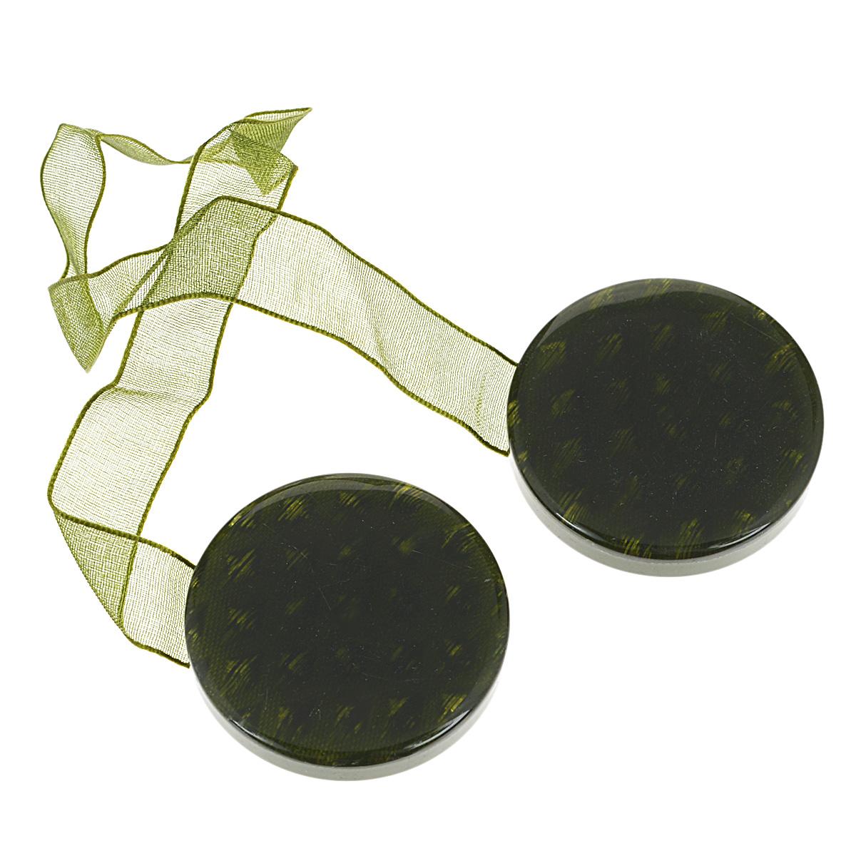 Клипса-магнит для штор Calamita Fiore, цвет: зеленый. 7704005_7817704005_781Клипса-магнит Calamita Fiore, изготовленная из пластика, предназначена для придания формы шторам. Изделие представляет собой два магнита круглой формы, расположенные на разных концах текстильной ленты. С помощью такой магнитной клипсы можно зафиксировать портьеры, придать им требуемое положение, сделать складки симметричными или приблизить портьеры, скрепить их. Клипсы для штор являются универсальным изделием, которое превосходно подойдет как для штор в детской комнате, так и для штор в гостиной. Следует отметить, что клипсы для штор выполняют не только практическую функцию, но также являются одной из основных деталей декора этого изделия, которая придает шторам восхитительный, стильный внешний вид. Материал: полиэстер, пластик, магнит.Диаметр клипсы: 4 см.Длина ленты: 28 см.