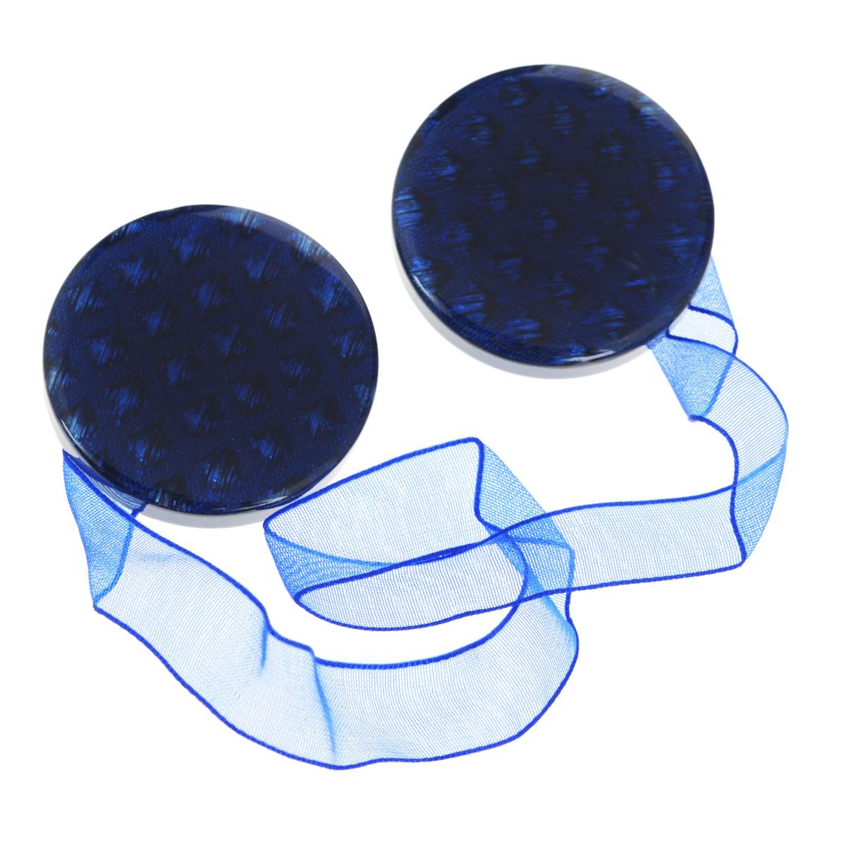 """Клипса-магнит """"Calamita Fiore"""", изготовленная из пластика, предназначена для придания формы шторам. Изделие представляет собой два магнита круглой формы, расположенные на разных концах текстильной ленты. С помощью такой магнитной клипсы можно зафиксировать портьеры, придать им требуемое положение, сделать складки симметричными или приблизить портьеры, скрепить их. Клипсы для штор являются универсальным изделием, которое превосходно подойдет как для штор в детской комнате, так и для штор в гостиной. Следует отметить, что клипсы для штор выполняют не только практическую функцию, но также являются одной из основных деталей декора этого изделия, которая придает шторам восхитительный, стильный внешний вид. Материал: полиэстер, пластик, магнит.Диаметр клипсы: 4 см.Длина ленты: 28 см."""