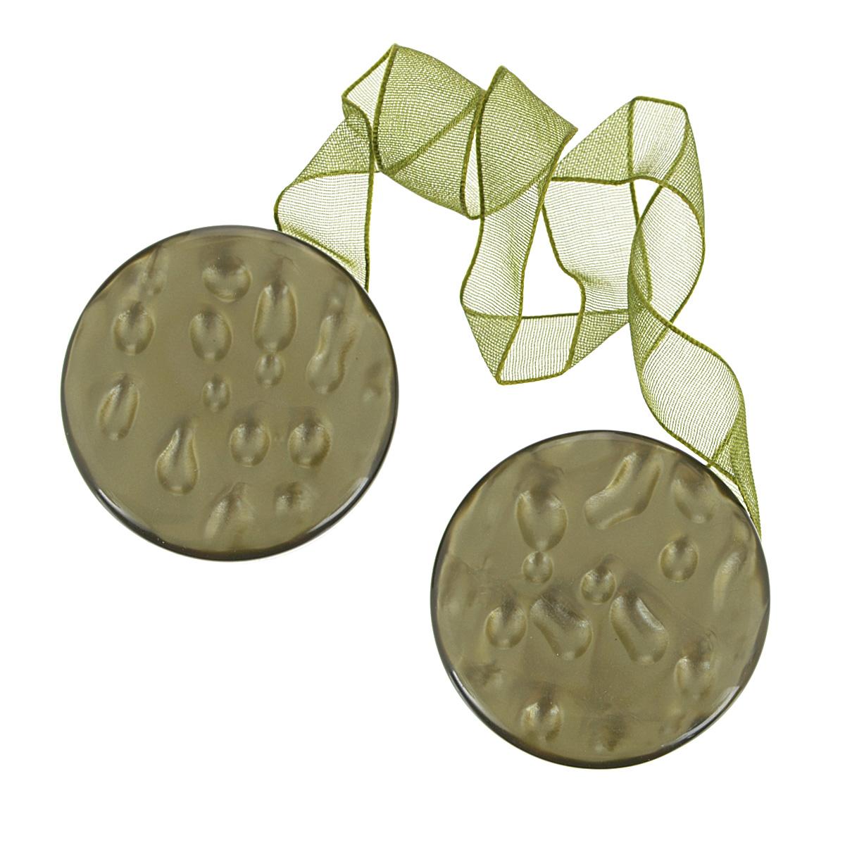 """Клипса-магнит """"Calamita Fiore"""", изготовленная из пластика и текстиля,   предназначена для придания формы шторам. Изделие представляет собой два   магнита круглой формы, расположенные на разных концах текстильной ленты. С   помощью такой магнитной клипсы можно зафиксировать портьеры, придать им   требуемое положение, сделать складки симметричными или приблизить   портьеры, скрепить их.   Клипсы для штор являются универсальным изделием, которое превосходно   подойдет как для штор в детской комнате, так и для штор в гостиной. Следует   отметить, что клипсы для штор выполняют не только практическую функцию, но   также являются одной из основных деталей декора этого изделия, которая  придает шторам восхитительный, стильный внешний вид.   Материал: полиэстер, пластик, магнит. Диаметр клипсы: 5 см. Длина ленты: 28 см."""