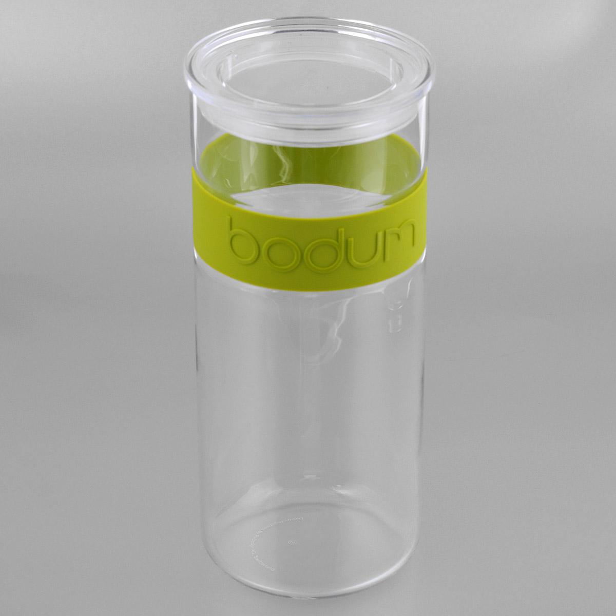 Банка для хранения Bodum Presso, цвет: зеленый, 2,5 л11131-Банка для хранения Bodum Presso изготовлена из прозрачного стекла со вставкой из приятного на ощупь силикона. Стеклянная посуда не впитывает запахов продуктов и очень удобна в использовании. Банка оснащена плотно закрывающейся пластиковой крышкой с термоусадкой. Благодаря этому внутри сохраняется герметичность, и продукты дольше остаются свежими. Изделие предназначено для хранения различных сыпучих продуктов: круп, чая, сахара, орехов и многого другого. Функциональная и вместительная, такая банка станет незаменимым аксессуаром на любой кухне. Можно мыть в посудомоечной машине. Объем банки: 2,5 л.Диаметр банки (по верхнему краю): 11,5 см.Высота банки: 28 см.