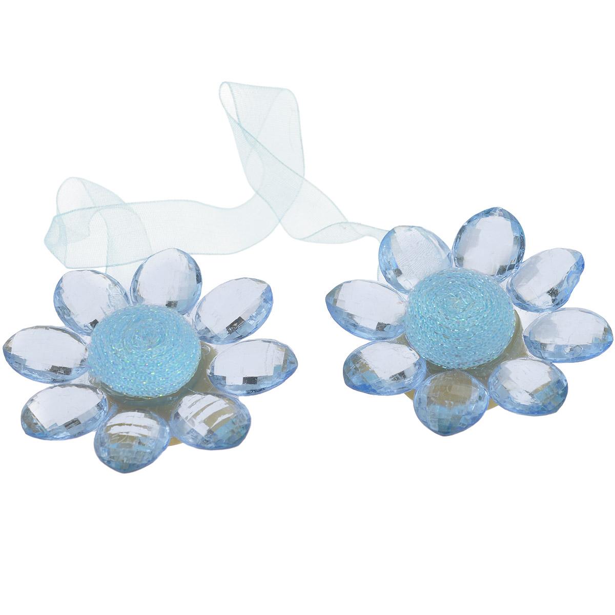 Клипса-магнит для штор Calamita Fiore, цвет: льдистый. 7704016_7847704016_784Клипса-магнит Calamita Fiore, изготовленная из пластика и текстиля, предназначена для придания формы шторам. Изделие представляет собой два магнита, расположенные на разных концах текстильной ленты. Магниты оформлены декоративными цветками. С помощью такой магнитной клипсы можно зафиксировать портьеры, придать им требуемое положение, сделать складки симметричными или приблизить портьеры, скрепить их. Клипсы для штор являются универсальным изделием, которое превосходно подойдет как для штор в детской комнате, так и для штор в гостиной. Следует отметить, что клипсы для штор выполняют не только практическую функцию, но также являются одной из основных деталей декора этого изделия, которая придает шторам восхитительный, стильный внешний вид.кани Материал: пластик, полиэстер, магнит.Диаметр декоративного цветка: 5,5 см.Длина ленты: 28 см.