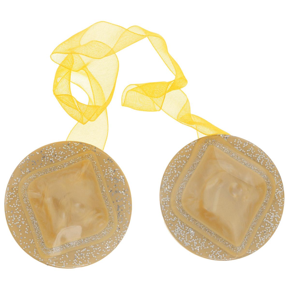 Клипса-магнит для штор Calamita Fiore, цвет: песочный. 7704019_7057704019_705Клипса-магнит Calamita Fiore, изготовленная из пластика и текстиля, предназначена для придания формы шторам. Изделие, декорированное блестками, представляет собой два магнита круглой формы, расположенные на разных концах текстильной ленты. С помощью такой магнитной клипсы можно зафиксировать портьеры, придать им требуемое положение, сделать складки симметричными или приблизить портьеры, скрепить их. Клипсы для штор являются универсальным изделием, которое превосходно подойдет как для штор в детской комнате, так и для штор в гостиной. Следует отметить, что клипсы для штор выполняют не только практическую функцию, но также являются одной из основных деталей декора этого изделия, которая придает шторам восхитительный, стильный внешний вид. Материал: пластик, магнит, полиэстер.Диаметр клипсы: 4 см.Длина ленты: 28 см.