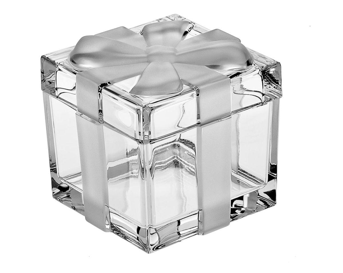 """Доза-шкатулка Crystal Bohemia """"Подарок"""" изготовлена из высококачественного хрусталя. Шкатулка выполнена в виде подарочной коробки с матовым бантом. Она излучает приятный блеск и издает мелодичный звон. Шкатулка сочетает в себе изысканный дизайн с максимальной функциональностью. Она не только украсит дом и подчеркнет ваш прекрасный вкус, но и станет отличным подарком."""