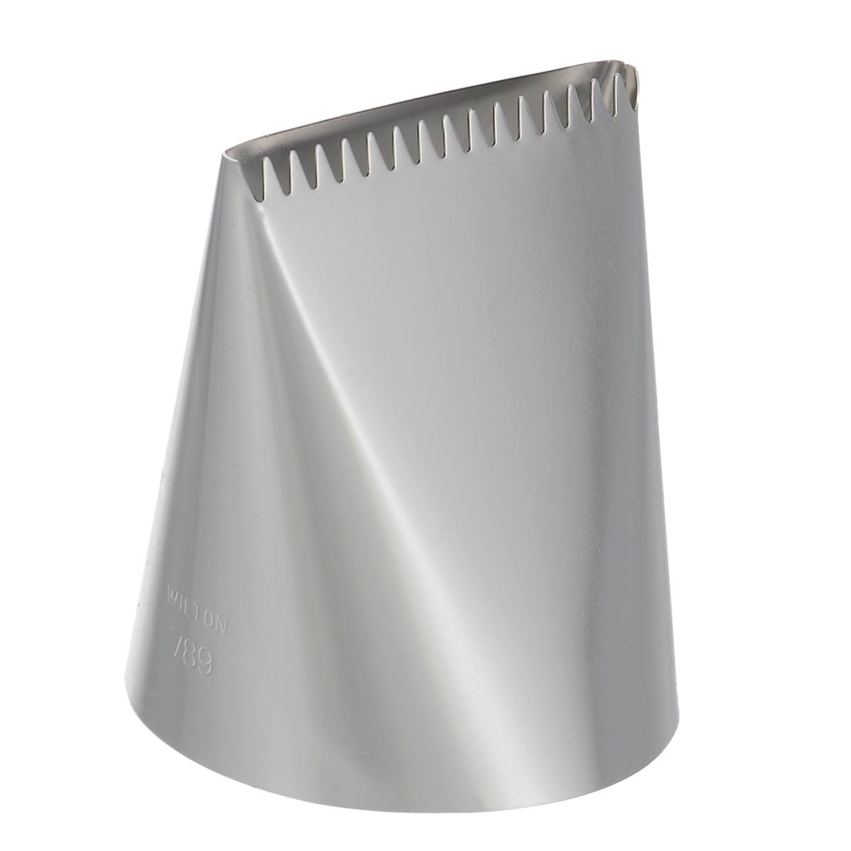 Насадка для кондитерского мешка Wilton, на подвесе, №789WLT-418-789Насадка для кондитерского мешка Wilton изготовлена из металла. Она используется для украшения кондитерских изделий и крепится стандартным фиксатором насадок. С ее помощью можно быстро нанести айсинг на торт! Насадка вместе с кондитерским мешком поможет создать на выпечке удивительные рисунки кремом. С этой насадкой готовить станет намного удобнее!Можно мыть в посудомоечной машине. Диаметр основания насадки: 5 см. Длина насадки: 6 см.