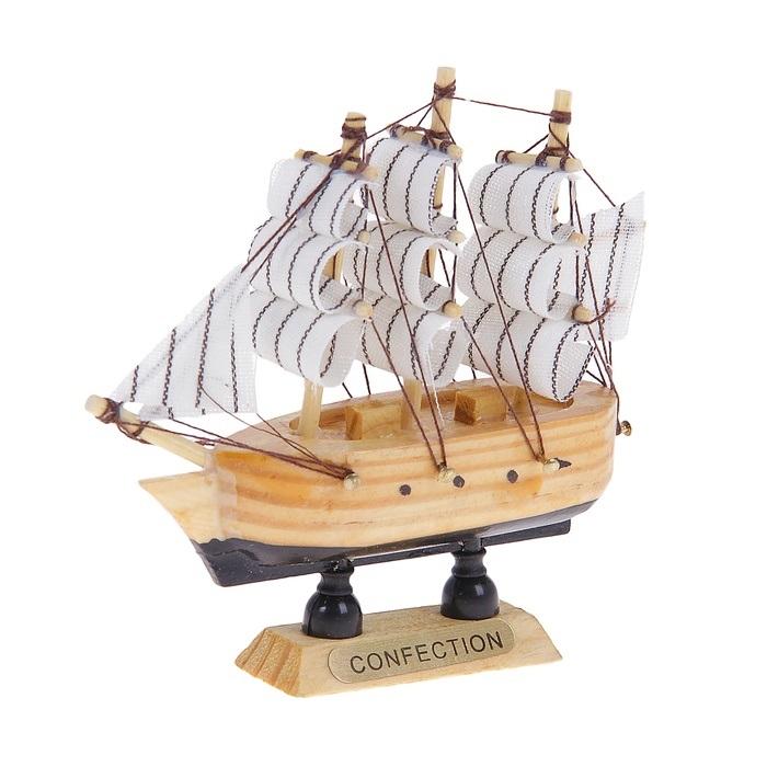 Корабль сувенирный Confection, длина 10 см. 243500243500Сувенирный корабль Confection, изготовленный из дерева и текстиля, это великолепный элемент декора рабочей зоны в офисе или кабинете. Корабль с парусами помещен на деревянную подставку. Время идет, и мы становимся свидетелями развития технического прогресса, новых учений и практик. Но одно не подвластно времени - это любовь человека к морю и кораблям. Сувенирный корабль наполнен историей и силой океанских вод. Данная модель кораблика станет отличным подарком для всех любителей морей, поклонников историй о покорении океанов и неизведанных земель. Модель корабля - подарок со смыслом. Издавна на Руси считалось, что корабли приносят удачу и везение. Поэтому их изображения, фигурки и точные копии всегда присутствовали в помещениях. Удивите себя и своих близких необычным презентом.