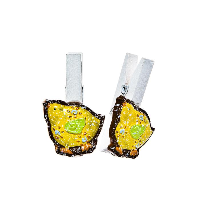 Набор декоративных прищепок Home Queen Наседка, цвет: желтый, 6 шт64482Набор Home Queen Наседка состоит из шести декоративных прищепок. Прищепки выполнены из высококачественного дерева и декорированы фигурками курочек, выполненных из полирезины. Изделия используются для развешивания стикеров на веревке, маленьких игрушек, а оригинальность и веселые цвета прищепок будут радовать глаз и поднимут настроение.Длина прищепки: 4,5 см. Размер фигурки: 2,5 см х 0,5 см х 3 см.