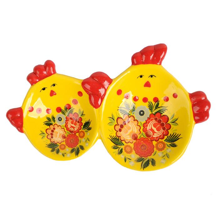 Подставка под яйца Home Queen Цветочные узоры, цвет: желтый, красный, 2 ячейки66703Подставка Home Queen Цветочные узоры станет оригинальным украшением праздничного стола на Пасху. Изделие изготовлено из керамики и служит держателем для яиц. Подставка выполнена в виде забавных курочек с двумя ячейками для яиц и декорирована цветочным узором. Подставка Home Queen Цветочные узоры может стать красивым пасхальным подарком для друзей или близких. Размер подставки: 12 см х 8 см х 2 см. Размер ячеек: 4 см х 5 см, 5 см х 6 см.