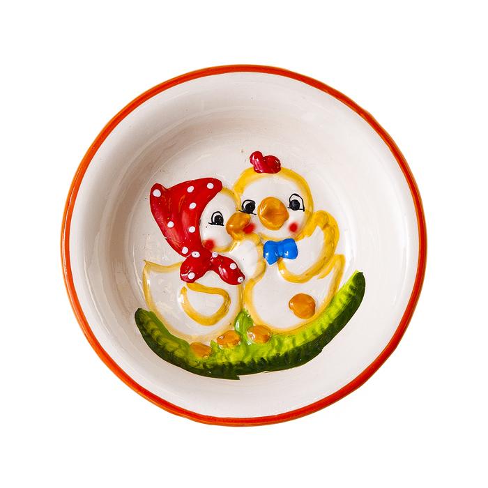 """Тарелка Home Queen """"Парочка"""" станет оригинальным украшением интерьера на Пасху. Изделие изготовлено из высококачественной керамики и декорировано рельефом в виде двух забавных цыплят. Тарелка предназначена для сервировки куличей и яиц.  Такая тарелка станет красивым пасхальным подарком для друзей или близких.  Диаметр тарелки: 15 см. Высота тарелки: 3 см."""