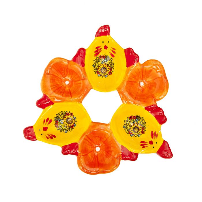 Подставка под яйца Home Queen Русские узоры, цвет: желтый, красный, 6 ячеек64270Подставка Home Queen Русские узоры станет оригинальным украшением праздничного стола на Пасху. Изделие изготовлено из керамики и служит подставкой для яиц. Подставка выполнена в виде 6 ячеек в форме курочек и цветов и декорирована красивым цветочным рисунком. Подставка Home Queen Русские узоры может стать красивым пасхальным подарком для друзей или близких. Размер подставки: 15,5 см х 16,5 см х 2,5 см. Размер ячейки курица: 5 см х 3,5 см.Диаметр ячейки цветок: 3,5 см.