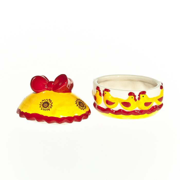 Шкатулка декоративная Home Queen Русские узоры, цвет: желтый, красный64311Шкатулка Home Queen Русские узоры изготовлена из керамики в виде яйца и украшена рельефным рисунком. Крышка шкатулки декорирована бантиком. Изящная шкатулка прекрасно подойдет для хранения пасхальных принадлежностей и аксессуаров, а также красиво украсит интерьер комнаты или станет приятным подарком. Размер: 8 см х 6 см х 8 см.Внутренний размер (без учета крышки): 6 см х 4,5 см х 3,5 см.