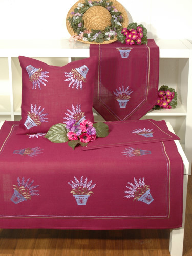 Наволочка декоративная Schaefer, цвет: малиновый, сиреневый, 40 см х 40 см. 06912-50106912-501Наволочка Schaefer выполнена из полиэстера и украшена машиной цветочной вышивкой. Наволочка застегивается на потайную застежку-молнию.Изделия из полиэстера легко стирать: они не мнутся, не садятся и быстро сохнут, они более долговечны, чем изделия из натуральных волокон.Это текстильное изделие станет удобным и комфортным украшением вашего дома!