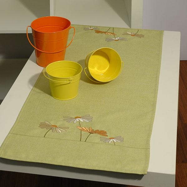 Дорожка для декорирования стола Schaefer, прямоугольная, цвет: салатовый, 40 x 100 см 07144-20207144-202Дорожка Schaefer выполнена из высококачественного полиэстера и украшена вышитым цветочным орнаментом. Вы можете использовать дорожку для декорирования стола, комода или журнального столика.Благодаря такой дорожке вы защитите поверхность мебели от воды, пятен и механических воздействий, а также создадите атмосферу уюта и домашнего тепла в интерьере вашей квартиры. Изделия из искусственных волокон легко стирать: они не мнутся, не садятся и быстро сохнут, они более долговечны, чем изделия из натуральных волокон. Изысканный текстиль от немецкой компании Schaefer - это красота, стиль и уют в вашем доме. Дорожка органично впишется в интерьер любого помещения, а оригинальный дизайн удовлетворит даже самый изысканный вкус. Дарите себе и близким красоту каждый день!