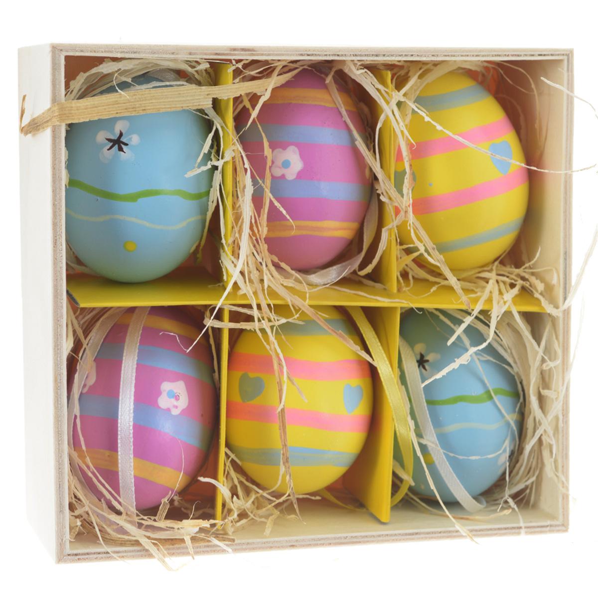 """Декоративные подвесные пасхальные яйца """"Феникс-презент"""" отлично подойдут  для декорации вашего дома к Пасхе. Изделия выполнены из натуральной скорлупы  куриного яйца и декорированы изображением цветов, сердец и принтом """"в полоску"""". Украшения оснащены  специальными текстильными петельками для подвешивания. В комплекте - 6  пасхальных яиц, которые располагаются в деревянном ящике с подложкой из  лыко.  Яйцо - это главный символ Пасхи, который означает для христиан новую жизнь и  возрождение. Создайте в своем доме атмосферу праздника, украшая его  декоративными пасхальными яйцами.  Материал: скорлупа куриного яйца, текстиль, лыко. Размер яйца: 4 см х 4 см х 5,5 см."""