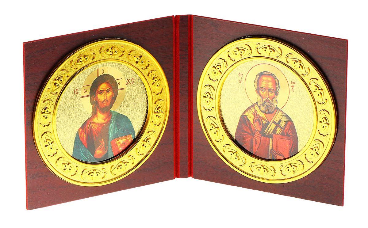 Складень-икона Иисус Христос и Николай Чудотворец, 2 шт137850Складень-икона Иисус Христос и Николай Чудотворец - это икона на деревянной основе, выполненная в виде двух складывающихся створок.Внутри расположены две круглых иконы с изображением ликов святых. По-другому такую икону еще называют диптих. Изображенный образ полностью соответствует канонам Русской Православной Церкви. Такая икона будет прекрасным подарком с духовной составляющей. Размер (в сложенном виде): 12,5 см х 13 см х 1,2 см. Диаметр иконы: 11,5 см.