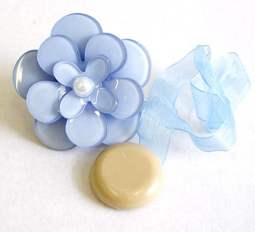 Клипса-магнит для штор Calamita Fiore, цвет: лед. 7704013_7847704013_784Клипса-магнит Calamita Fiore, изготовленная из пластика и полиэстера, предназначена для придания формы шторам. Изделие представляет собой два магнита, расположенные на разных концах текстильной ленты. Один из магнитов оформлен декоративным цветком. С помощью такой магнитной клипсы можно зафиксировать портьеры, придать им требуемое положение, сделать складки симметричными или приблизить портьеры, скрепить их.Клипсы для штор являются универсальным изделием, которое превосходно подойдет как для штор в детской комнате, так и для штор в гостиной. Следует отметить, что клипсы для штор выполняют не только практическую функцию, но также являются одной из основных деталей декора, которая придает шторам восхитительный, стильный внешний вид. Диаметр декоративного цветка: 5 см. Длина ленты: 28 см.