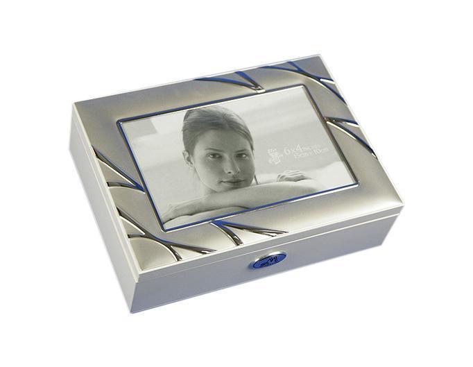 Шкатулка-фоторамка для ювелирных украшений Moretto, 18 x 13 x 5 см. 3987139871Шкатулка Moretto станет идеальным обрамлением для вашей коллекции украшений, заставляя заиграть ее новыми красками. Шкатулка выполнена в классическом стиле. Крышка оформлена фоторамкой. Одноярусная схема исполнения и зеркало, скрывающееся под крышкой, позволит вам провести немало приятных минут, примеряя свои драгоценности.Размеры шкатулки: 18 х 13 х 5 см.
