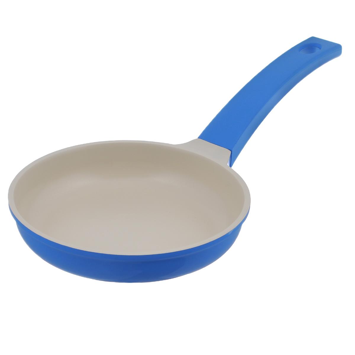 Сковорода Mayer & Boch, с керамическим покрытием, цвет: синий. Диаметр 20 см. 2123921239Сковорода Mayer & Boch изготовлена из литого алюминия с керамическим покрытием. Сковорода предназначена для здорового и экологичного приготовления пищи. Пища непригорает и не прилипает к стенкам. Абсолютно гладкая поверхность легко моется. Посуда экологически чистая, не содержит примеси ПФОК.Рукоятка специального дизайна, выполненная из пластика с силиконовым покрытием, удобна и комфортна в эксплуатации. Внешнее цветное покрытие устойчиво к воздействию высоких температур.Можно использовать на всех типах плит, включая индукционные. Можно мыть в посудомоечной машине. Высота стенки: 4 см. Толщина стенки: 5 мм. Толщина дна: 5,5 мм.Длина ручки: 20,5 см. Диаметр индукционного диска: 12,5 см.
