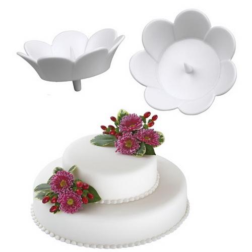 """Набор Wilton """"Цветок"""" состоит из трех держателей для живых цветов на торте, изготовленных из пластика. Держатель выполнен в виде цветка и оснащен """"ножкой"""" для фиксации изделия на торте. В центре держателя имеется специальный шип для крепления живого цветка в чаше.С держателями Wilton """"Цветок"""" ваш торт будет смотреться по-настоящему празднично!Размер держателя (без ножки): 4 см х 4 см х 1,5 см."""