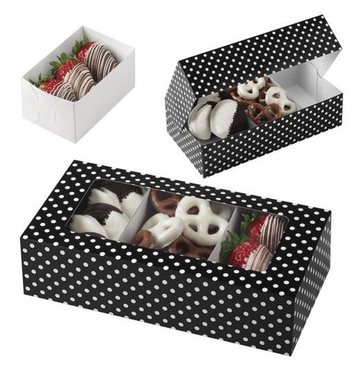 """Набор """"Wilton"""" состоит из трех прямоугольных коробок для печенья, выполненных из плотного картона с принтом в черно-белый горошек. Коробки оснащены прозрачным окошком. В каждой коробочке внутри имеется вставка для стабильного размещения печенья стандартного размера. Коробочка легко собирается и транспортируется.  Для сборки, согните по намеченным линиям сгибов, вставьте """"крылышки"""" в прорези, сформируйте коробочку. Положите печенье на вставках, закройте плотно крышку.  Оформите и преподнесите ваш вкусный подарок в такой симпатичной коробочке с окошком. Выпечка в такой коробочке станет подарком, который обязательно порадует получателя.  Размер коробки: 20 см х 10 см х 5 см."""