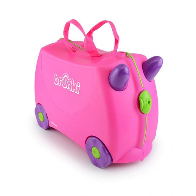 Trunki Чемодан-каталка цвет розовый фиолетовый0061-GB01-P1Детский чемодан-каталка Trunki - оригинальный чемодан на колесах, созданный, чтобы избавить маленьких путешественников от скуки и усталости.Корпус чемодана выполнен в форме седла, чтобы маленькому наезднику было комфортно сидеть. Малыш может держаться за специальные рожки на передней части чемодана. Форма рожек специально разработана для детских ручек. Чемодан имеет 4 колеса и стабилизаторы, которые не позволят чемодану опрокинуться. Для переноски у чемодана предусмотрены 2 текстильные ручки, а также ремень через плечо, который можно использовать для буксировки чемодана. Чемодан содержит вместительное отделение с фиксирующейся Х-образной резинкой. Также в чемодане имеется длинный кармашек для мелочей. Закрывается чемодан на две защелки. Крышка чемодана плотно прилегает к основанию, уплотнитель между ними не позволит мелким предметам выпасть из него.Многофункциональный детский чемодан, с которым можно и поиграть, и отправиться в путешествие. Чемодан-каталка - на все случаи жизни!Как выбрать чемодан. Статья OZON Гид