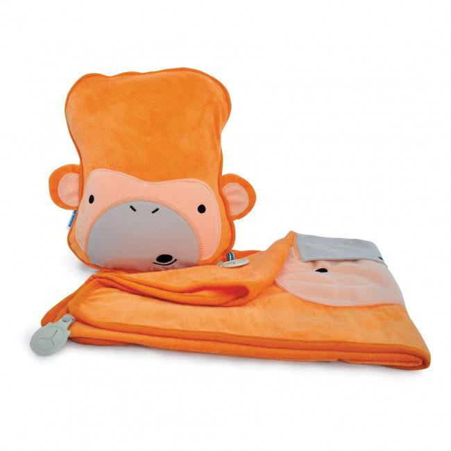 Дорожный набор Trunki Mylo, 3в1, цвет: оранжевый0079-GB01Удивительно полезный дорожный набор Trunki Mylo должен быть у каждого маленького путешественника. Подушку с пледом внутри, легко и просто можно брать с собой в самолет, поезд или машину. Ваш малыш теперь будет с комфортом спать в дороге, положив головку на мягкую надувную подушку и укрывшись одеялом. Подушка выполнена в виде забавной рожицы обезьянки. Набор укомплектован надувной вставкой, превращающейся в подушку. На пледе есть специальный кармашек, куда можно посадить свою любимую игрушку. Комплект имеет уникальное крепление Trunki Grip, соединяющее одеяло и подушку, чтобы вам не приходилось часто укрывать вашего малыша. Рекомендуемый возраст: от 2 лет.Размер подушки: 26 см х 21 см. Размер пледа: 70 см х 90 см.