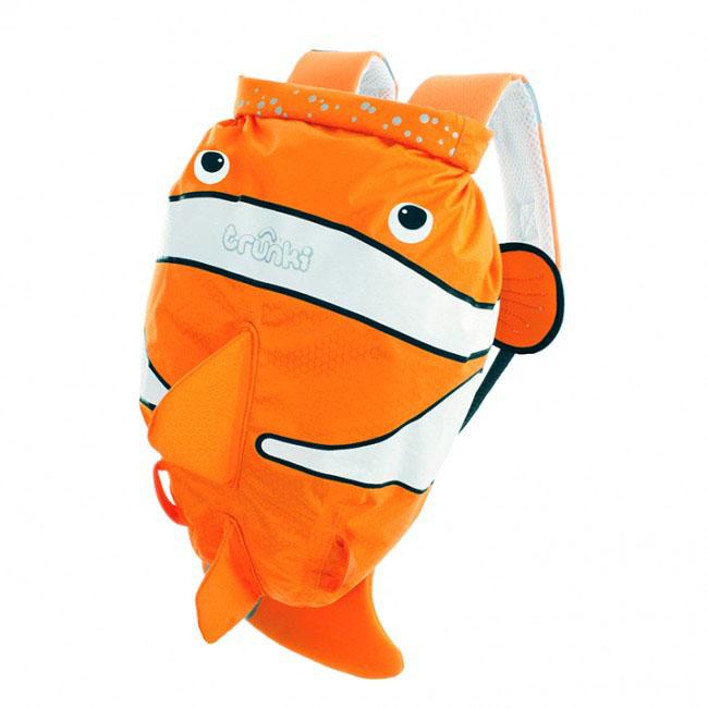 Детский рюкзак для бассейна и пляжа Trunki Рыба-клоун, цвет: оранжевый, белый, 7,5 л0112-GB01Детский рюкзак для бассейна и пляжа Trunki Рыба-клоун - великолепный подарок для маленьких спортсменов и путешественников.Выполнен из прочного и водоотталкивающего материала в виде рыбы оранжевого цвета с плавниками. Рюкзак состоит из вместительного отделения, закрывающегося с помощью скрутки, которая также сохранит содержимое и защитит от проникновения воды. Благодаря широкой горловине рюкзака в него очень удобно складывать вещи.Конструкция спинки дополнена противоскользящей сеточкой и системой вентиляции для предотвращения запотевания спины ребенка. Мягкие широкие лямки позволяют легко и быстро отрегулировать рюкзак в соответствии с ростом. На правой лямке рюкзака предусмотрено специальное крепление Trunki grip, с помощью которого можно подвесить детские солнцезащитные очки. Рюкзак оснащен петлей для подвешивания. Также имеет светоотражающие элементы и карман в виде плавника, куда можно положить различные мелочи.Рюкзак Trunki Рыба-клоун прекрасно подойдет для походов в бассейн и на пляж, поездок, занятий спортом. Ребенку непременно понравится этот яркий стильный аксессуар, который станет для него постоянным спутником.Рекомендуемый возраст: от 3 лет.