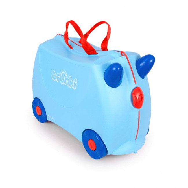 Trunki Чемодан-каталка Джоржд0166-GB01Детский чемодан-каталка Trunki Джоржд - оригинальный чемодан на колесах, созданный, чтобы избавить маленьких путешественников от скуки и усталости.Корпус чемодана выполнен в форме седла, чтобы маленькому наезднику было комфортно сидеть. Чемодан представлен в голубом цвете. Малыш может держаться за специальные рожки на передней части чемодана. Форма рожек специально разработана для детских ручек. Чемодан имеет 4 колеса и стабилизаторы, которые не позволят чемодану опрокинуться. Для переноски у чемодана предусмотрены 2 текстильные ручки, а также ремень через плечо, который можно использовать для буксировки чемодана. Чемодан содержит вместительное отделение с фиксирующейся Х-образной резинкой. Также в чемодане имеется длинный кармашек для мелочей. Закрывается чемодан на две защелки. Крышка чемодана плотно прилегает к основанию, уплотнитель между ними не позволит мелким предметам выпасть из него.Чемодан-каталка Trunki Джоржд поможет ребенку не заскучать во время длительных перелетов и ожидания в аэропорту.