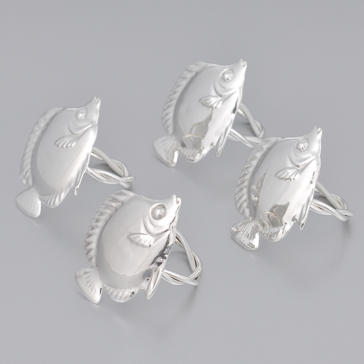 Набор колец для салфеток Marquis Рыбки, 4 шт3057-MRНабор Marquis Рыбки состоит из четырех оригинальных колец для салфеток, выполненных с простотой и изяществом. Кольца изготовлены из стали с серебряно-никелевым покрытием и украшены фигурками в виде рыбки.Набор станет замечательной деталью сервировки и великолепным украшением праздничного стола.Диаметр кольца: 4,5 см. Размер декоративной части: 6,5 см х 5 см.