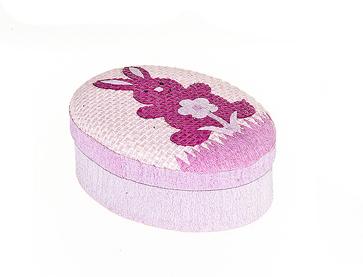 Шкатулка декоративная Home Queen Кролик с цветочком, цвет: розовый, 10,5 см х 8 см х 4 см64309_6Овальная шкатулка Home Queen Кролик с цветочком изготовлена из бумаги. Крышка изделия украшена рельефным рисунком в виде кролика и цветка. Изящная шкатулка прекрасно подойдет для упаковки пасхального подарка для детей и взрослых, а также красиво украсит интерьер комнаты.