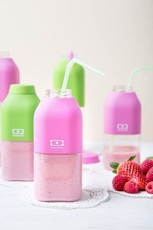 """Бутылка для воды Monbento """"Positive"""" изготовлена из безопасного пищевого   пластика (BPA free). Одна половина бутылки - прозрачная, вторая оснащена   цветным покрытием """"Soft touch"""", благодаря чему ее приятно держать в руке.   Изделие оснащено герметичной закручивающейся крышкой. Такая идеальная   бутылка небольшого размера, но отличной вместимости наполняет оптимизмом,   даря заряд позитива и хорошего настроения.  Многоразовая бутылка пригодится в спортзале, на прогулке, дома, на даче - в   общем, везде! Забудьте про одноразовые пластиковые емкости - они некрасивые,   да и засоряют окружающую среду. А такая красота в руках точно привлечет   взгляды окружающих.Нельзя мыть в посудомоечной машине.Высота бутылки (с учетом крышки): 13,5 см.Размер дна: 6 см х 6 см.    Как повысить эффективность тренировок с помощью спортивного питания? Статья OZON Гид"""