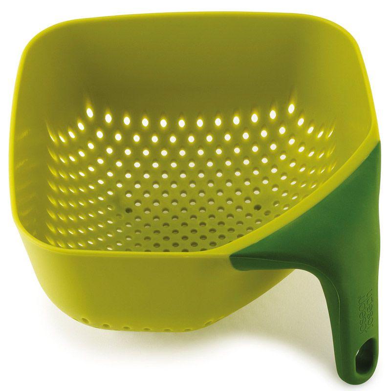 Дуршлаг Joseph Joseph Square Colander, цвет: зеленый, 20 см х 20 см40056Квадратный дуршлаг Joseph Joseph изготовлен из прочного пищевого пластика. Изделие имеет три удобные ножки для лучшей устойчивости, а также ручку эргономичной формы. Благодаря особой форме отверстий оттуда быстро выливается вся жидкость. Форма для дуршлага необычная, но это делает его уникальным предметом, который призван облегчить работу на кухне.Красивый и удобный дуршлаг Joseph Joseph станет достойным дополнением к вашим кухонным аксессуарам. Можно мыть в посудомоечной машине.
