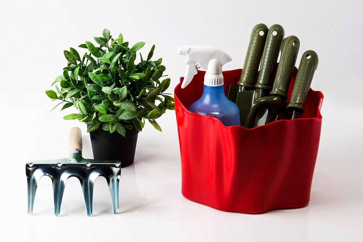 Органайзер Qualy Flow, цвет: красный, 26 см х 24 см х 20 смQL10142-RDОрганайзер Qualy Flow может пригодиться на кухне, в ванной, в гостиной, на даче, на природе, в городе, в деревне. В него можно складывать фрукты, овощи, кухонные приборы и аксессуары, всевозможные баночки, можно использовать органайзер как мусорную корзину, вазу. Все зависит от вашей фантазии и от хозяйственных потребностей! Пластиковый оригинальный органайзер пригодится везде!