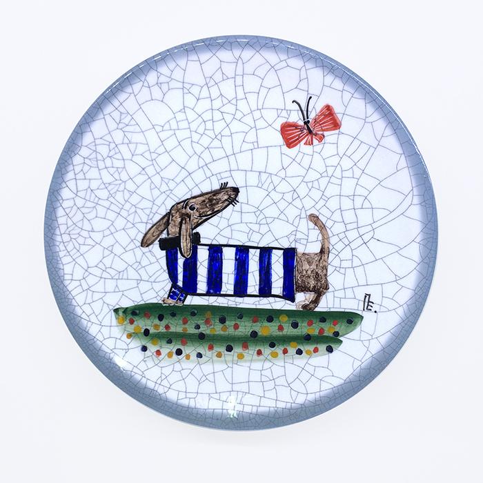 Тарелка декоративная Такса в синей тельняшке, диаметр 16 см. Автор Елена ПотаповаPE16-05Декоративная тарелка сделана и расписана вручную в технике подглазурной росписи, имеет отверстия для размещения на стене.Используется в декоративных целях и для подачи на стол сыра или печенья к чаю.Каждый рисунок индивидуален, размеры и оттенок глазурей могут незначительно отличаться.Автор Елена Потапова, художник-керамист, член Московского союза художников, Международной ассоциации «Cоюз дизайнеров». Работы находятся во многих музеях России и частных коллекциях в России и за рубежом. Цвет: белый, синий. Материал: Керамика, ручная роспись, эмали, глазурь. Рекомендации по уходу: Мойка мягкими моющими средствами.