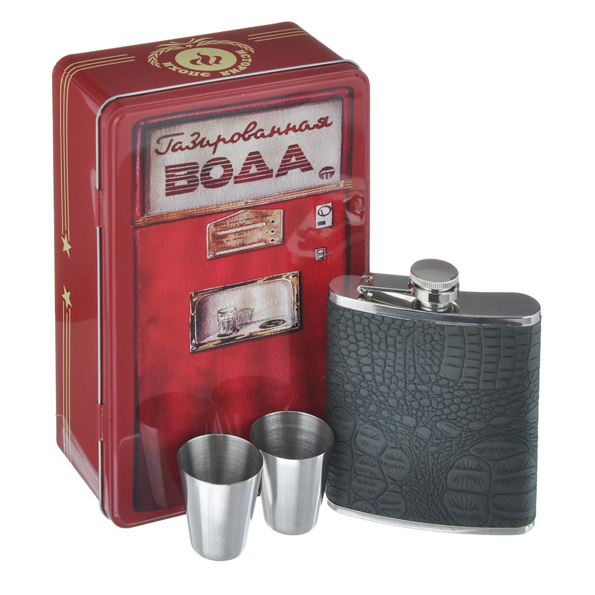 """Элегантный подарочный набор Феникс-презент """"Газированная вода"""" выполнен из  высококачественной нержавеющей стали. В набор входит фляга для спиртных  напитков и две стопки. Фляга оформлена вставкой из кожзаменителя с  декоративным тиснением """"под рептилию"""". Набор упакован в металлическую  подарочную коробку,  декорированную изображением автомата с газированной водой. Набор будет  великолепным подарком вашим друзьям и коллегам.  Размер фляги: 9,5 см х 12 см х 2 см. Объем фляги: 200 мл. Диаметр стопки: 3,7 см. Высота стопки: 4,2 см."""