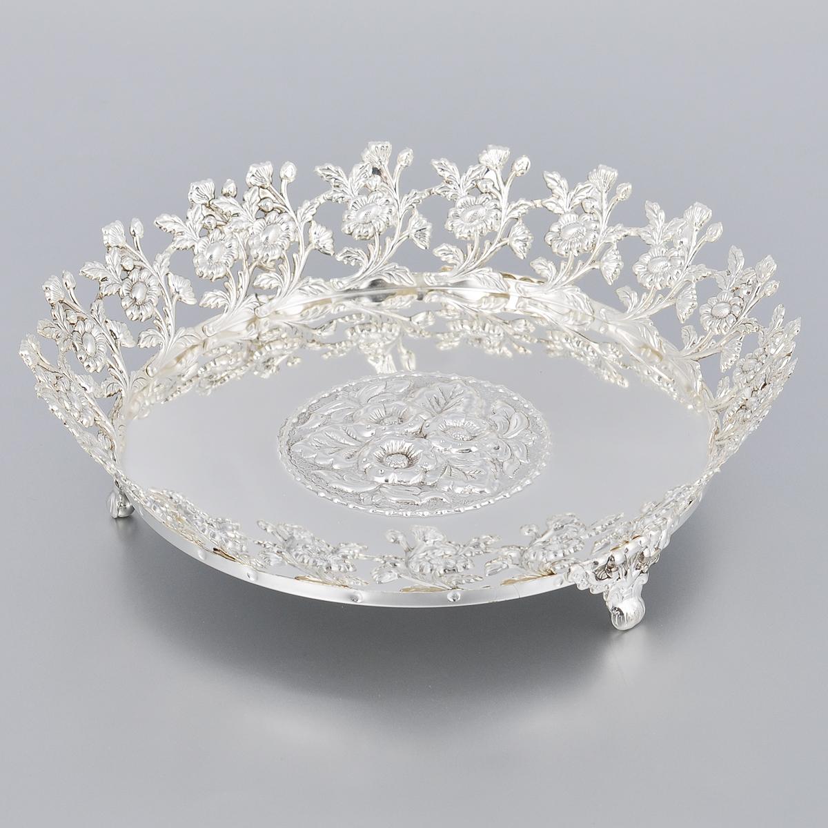 Ваза универсальная Marquis, диаметр 21,5 см2178-MRУниверсальная ваза Marquis выполнена из стали с никель-серебряным покрытием и оформлена изящным рельефом и перфорацией. Ваза прекрасно подойдет для красивой сервировки конфет, фруктов, пирожных и много другого. Такая ваза придется по вкусу и ценителям классики, и тем, кто предпочитает утонченность и изысканность. Она украсит сервировку вашего стола и подчеркнет прекрасный вкус хозяина, а также станет отличным подарком.Диаметр (по верхнему краю): 21,5 см.Высота вазы: 5,5 см.