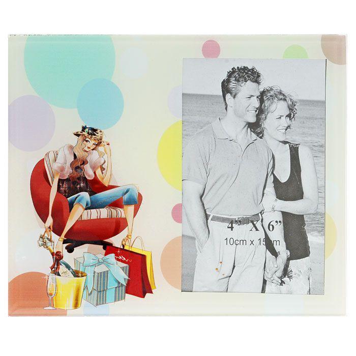 Фоторамка Модница, 10 x 15 см 2502925029Декоративная фоторамка выполненная из стекла и оформленная изображением девушки-модницы, поможет Вам снова и снова пережить счастливые мгновения Вашей жизни. Фоторамку можно поставить на рабочий стол или любое другое место в доме или офисе. К тому же она может стать отличным подарком для близкого человека. Ее можно подарить вместе с любимой фотографией, которая оставит после себя теплые воспоминания, и будет радовать своего получателя каждый день. Характеристики: Материал: стекло. Размер фоторамки: 22,5 см x 17,5 см. Размер фотографии: 10 см x 15 см. Размер упаковки: 23,5 см х 18,5 см х 1,5 см. Производитель: Китай. Артикул: 25029.