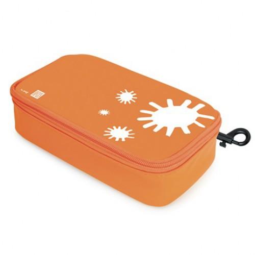 Термобутербродница Iris Barcelona, цвет: оранжевый, 21 см х 11,5 см х 5 см9920-TNТермобутербродница Iris Barcelona выполнена из высококачественного полиэстера и идеально подходит, чтобы взять ее в школу, на прогулку или в поездку. В течение нескольких часов сохранит еду свежей и вкусной благодаря специальному внутреннему покрытию из теплоизолирующего материала. Специальный фиксирующий поясок не позволит бутерброду распасться. Имеет внутренний карман для салфеток. Плотный материал стенок сохранит бутерброд от любых внешних воздействий и сохранит его форму. Можно написать имя и контактные данные владельца. Безопасный пластмассовый карабин позволит легко пристегнуть бутербродницу к ранцу или сумке.Заменяет все одноразовые упаковки. При бережном использовании прослужит не один год.