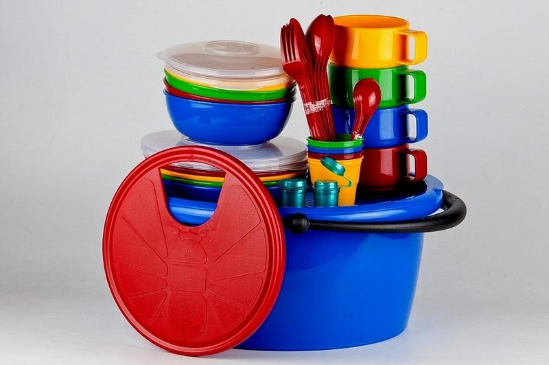 Набор посуды Solaris, в контейнере, на 4 персоныS1403Компактный минималистичный набор посуды Solaris на 4 персоны, в удобном контейнере с ручкой.Свойства посуды:Посуда из ударопрочного пищевого полипропилена предназначена для многократного использования. Легкая, прочная и износостойкая, экологически чистая, эта посуда работает в диапазоне температур от -25°С до +110°С. Можно мыть в посудомоечной машине. Эта посуда также обеспечивает:Хранение горячих и холодных пищевых продуктов;Разогрев продуктов в микроволновой печи;Приготовление пищи в микроволновой печи на пару (пароварка);Хранение продуктов в холодильной и морозильной камере;Кипячение воды с помощью электрокипятильника.Состав набора:Контейнер с крышкой объемом 9 л.4 миски объемом 0,6 л.2 крышки к миске.4 тарелки.2 крышки к тарелке.4 чашки объемом 0,28 л.4 стакана объемом 0,1 л.4 вилки.4 ложки столовые.4 ножа.4 чайные ложки.2 солонки/перечницы.Доска разделочная.Размер контейнера: 36 см х 30,5 см х 17 см.Диаметр мисок: 15,5 см.Высота мисок: 5,5 см.Диаметр тарелок: 19 см.Высота тарелок: 3 см.Диаметр чашек: 9,5 см.Высота чашек: 6,5 см.Диаметр стаканов: 6,5 см.Высота стаканов: 6 см.Длина вилок: 19 см.Длина ложек: 19 см.Длина ножей: 19 см.Длина чайных ложек: 13,5 см.Размер разделочной доски: 30,5 см х 26,5 см.