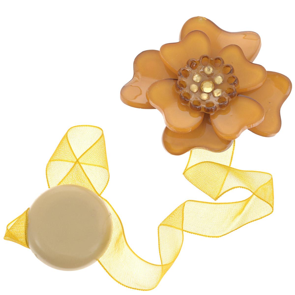 Клипса-магнит для штор Calamita Fiore, цвет: карамельный, золотистый. 7704008_7077704008_707Клипса-магнит Calamita Fiore, изготовленная из пластика и текстиля, предназначена для придания формы шторам. Изделие представляет собой два магнита, расположенных на разных концах текстильной ленты. Один из магнитов оформлен декоративным цветком и украшен стразами. С помощью такой магнитной клипсы можно зафиксировать портьеры, придать им требуемое положение, сделать складки симметричными или приблизить портьеры, скрепить их. Клипсы для штор являются универсальным изделием, которое превосходно подойдет как для штор в детской комнате, так и для штор в гостиной. Следует отметить, что клипсы для штор выполняют не только практическую функцию, но также являются одной из основных деталей декора этого изделия, которая придает шторам восхитительный, стильный внешний вид.Материал: пластик, полиэстер, магнит.Диаметр декоративного цветка: 5 см.Диаметр магнита: 2,5 см.Длина ленты: 28 см.