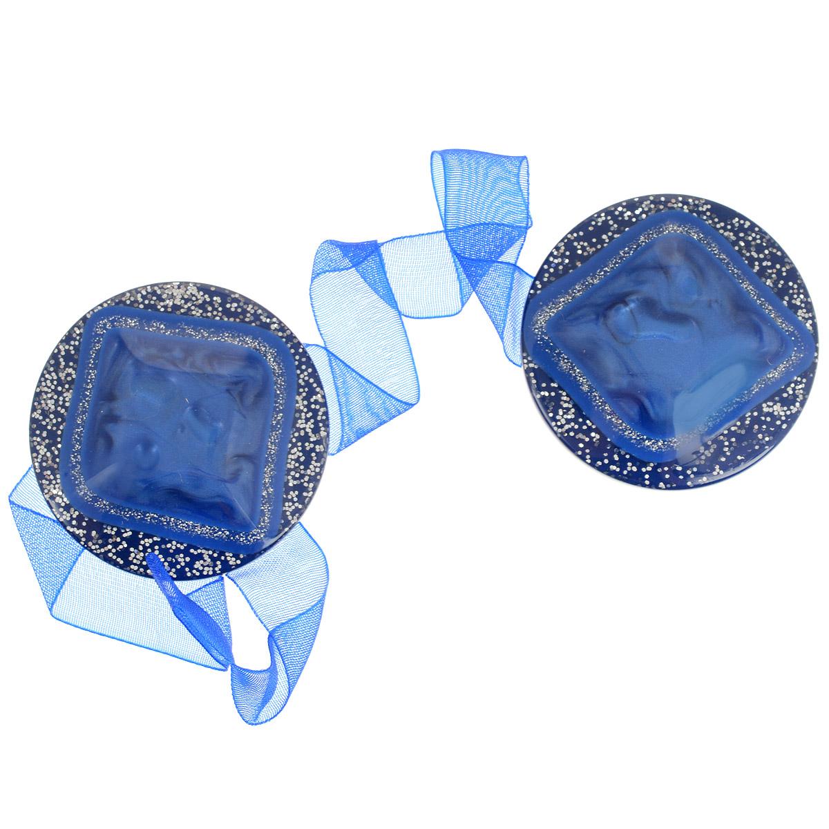 Клипса-магнит для штор Calamita Fiore, цвет: яркий василек. 7704019_7927704019_792Клипса-магнит Calamita Fiore, изготовленная из пластика и текстиля, предназначена для придания формы шторам. Изделие, декорированное блестками, представляет собой два магнита круглой формы, расположенных на разных концах текстильной ленты. С помощью такой магнитной клипсы можно зафиксировать портьеры, придать им требуемое положение, сделать складки симметричными или приблизить портьеры, скрепить их. Клипсы для штор являются универсальным изделием, которое превосходно подойдет как для штор в детской комнате, так и для штор в гостиной. Следует отметить, что клипсы для штор выполняют не только практическую функцию, но также являются одной из основных деталей декора этого изделия, которая придает шторам восхитительный, стильный внешний вид.Диаметр клипсы: 4 см.Длина ленты: 28 см.