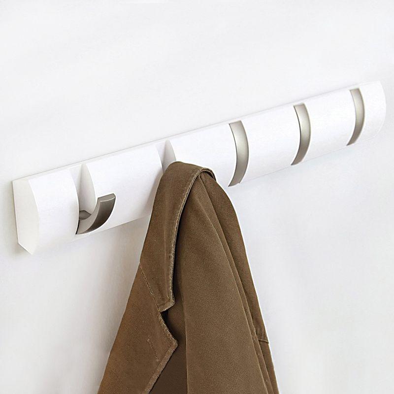 Вешалка настенная Umbra Flip, цвет: белый, 5 крючков318850-660Стильная и прочная вешалка Umbra Flip интересной формы и оригинального дизайна изготовлена из дерева. Имеет 5 откидных крючков из никеля: когда они не используются, то складываются, превращая конструкцию в абсолютно гладкую поверхность. Вешалка Umbra Flip идеально подходит для маленьких прихожих и ограниченных пространств.Каждый крючок выдерживает вес до 2,3 кг.