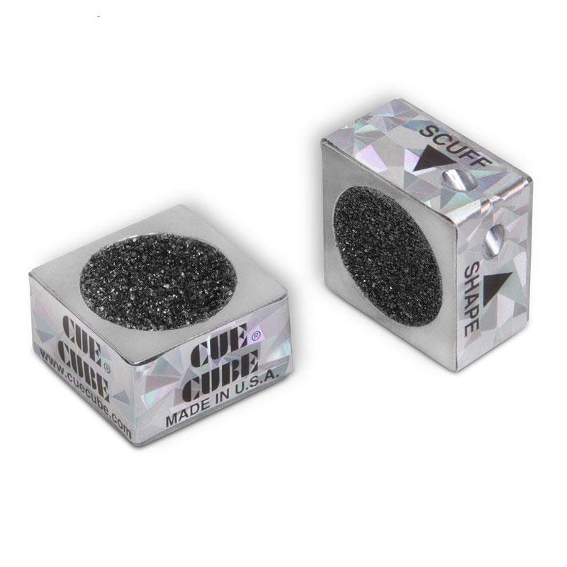Инструмент для обработки наклейки Cue Cube, цвет: серебряный03229Двусторонний инструмент Cue Cube выполнен из прочного металла с использованием карбида кремния в качестве абразива с неограниченным сроком службы. Одна сторона инструмента предназначена для придания наклейке правильной сферической формы. Другая - для обработки наклейки с целью придания ей шероховатой поверхности, на которой лучше держится мел. Это обеспечивает лучшее соприкосновение с шаром в момент удара, значительно снижая вероятность кикса.