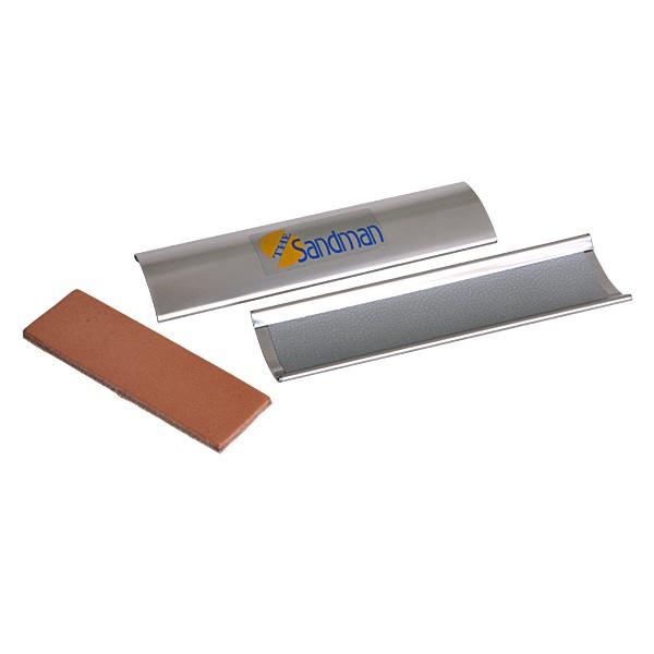 Инструмент для обработки наклейки Billiardexperten Sandman03145Billiardexperten Sandman - универсальный инструмент в кожаном футляре, применяемый как для формовки наклеек, так и для поддержания их в рабочем (шероховатом) состоянии. Внутренняя поверхность покрыта микроскопическими шипами, работающими как наждак, так же в комплекте кожаная пластинка для полировки боковой стороны наклеек. Рекомендуется достаточно опытным игрокам.