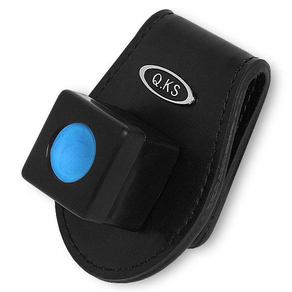 Держатель для бильярдного мела QK-S X3, магнитный, кожаный, цвет: черный04838Удобный аксессуар QK-S X3, состоящий из прищепки, которую можно закрепить на поясе, и компактного пенальчика для мела, удерживающегося на прищепке посредством магнита. Мел всегда под рукой, но не мешает на игровой поверхности. Кроме того, футляр, в котором располагается мелок, убережет пальцы игрока от пачкающих все вокруг следов мела.