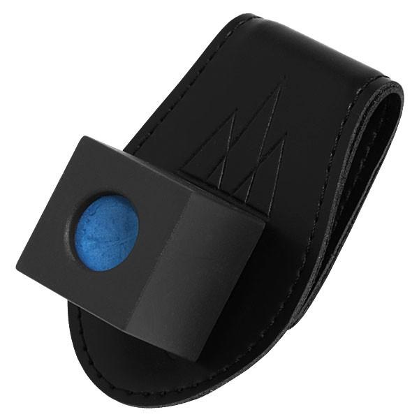 Держатель для бильярдного мела Fortuna, магнитный, кожаный02651Держатель для бильярдного мела Fortuna - это удобный аксессуар, состоящий из прищепки, которую можно закрепить на поясе, и компактного пенальчика для мела, удерживающегося на прищепке посредством магнита. Мел всегда под рукой, но не мешает на игровой поверхности. Кроме того, футляр, в котором располагается мелок, убережет пальцы игрока от пачкающих все вокруг следов мела.
