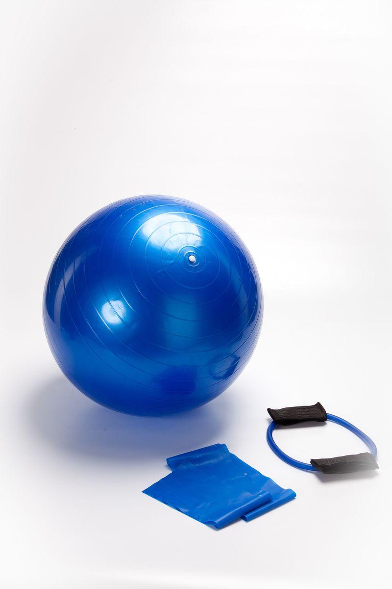 Набор для фитнеса Bradex, цвет: мультиколорSF 0070Чтобы добиться красивой фигуры и здорового тела, не обязательно покупать дорогой абонемент в спортзал. Упражнения можно выполнять и дома. Как известно, чтобы получить поистине впечатляющие результаты, стоит отдавать предпочтение комплексным тренировкам, а не сосредотачивать свое внимание на одной части тела. Набор для фитнеса Bradex поможет вам укрепить все группы мышц, поднять жизненный тонус организма и сделать его более устойчивым к стрессам, с которыми мы сталкиваемся ежедневно. А огромное количество комбинаций упражнений позволит вам не уставать от тренировок. В набор для фитнеса входят мяч (55 см), эластичный бинт и эспандер (70 см). Тренировок с использованием этих трех предметов достаточно, чтобы вернуть себе стройность, подтянуть мышцы и предупредить развитие многих болезней. Существует множество упражнений, которые можно выполнять с их помощью, ниже представлены некоторые из них.Упражнения с мячом: поместите мяч между нижней частью спины и стеной. Плотно прижав мяч, приседайте до тех пор, пока бедра не будут параллельны поверхности пола. Вернитесь в исходное положение. Повторите упражнение 8-10 раз. Упражнения с эластичным бинтом: поднимите руки с тренажером вверх на ширину плеч. Растягивая бинт, опустите прямые руки в стороны так, чтобы он оказался перед грудью. Наберите в грудь воздух. Затем плавно поднимите руки в исходное положение и выдохните. Повторите упражнение 8-10 раз. Упражнения с эспандером: встаньте лицом к спинке стула. Лодыжки ног обвяжите лентой эспандера. После чего отведите прямую ногу назад на 20 см от пола, носок на себя. Одновременно старайтесь втягивать мышцы живота и напрягать ягодицы. Вернитесь в исходное положение. Повторите упражнение 8-10 раз на каждую ногу.