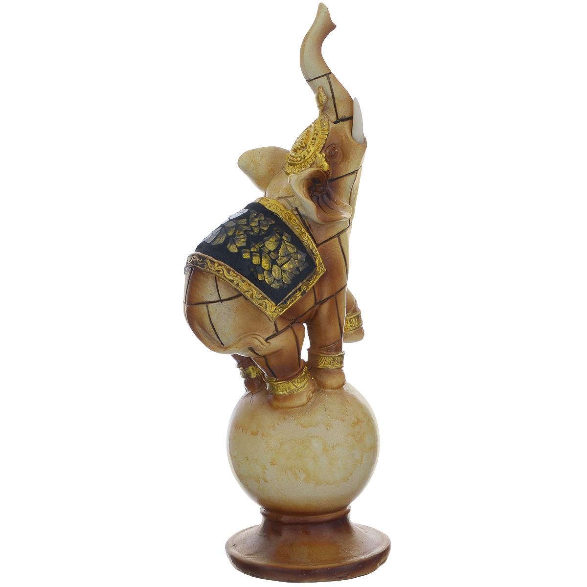 Фигурка декоративная Molento Слон на шаре, высота 21 см549-057Декоративная фигура Molento Слон на шаре, изготовленная из полистоуна, позволит вам украсить интерьер дома, рабочего кабинета или любого другого помещения оригинальным образом. Изделие, выполненное в виде слона на шаре, оформлено зеркальной россыпью.С такой декоративной фигурой вы сможете не просто внести в интерьер элемент оригинальности, но и создать атмосферу загадочности и изысканности.Размер фигурки: 8 см х 6 см х 21 см.
