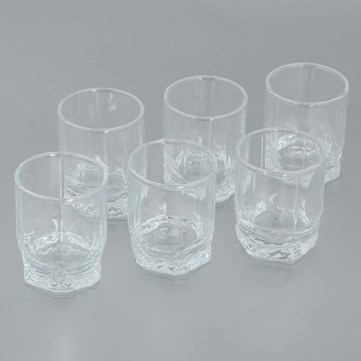 Набор рюмок Pasabahce Valse, 60 мл, 6 шт42294GRBНабор Pasabahce Valse состоит из шести рюмок, изготовленных из прочного натрий-кальций-силикатного стекла. Изделия, предназначенные для подачи водки и других спиртных напитков, несомненно придутся вам по душе. Рюмки, оснащенные рельефной многогранной поверхностью, сочетают в себе элегантный дизайн и функциональность. Благодаря такому набору пить напитки будет еще вкуснее. Набор рюмок Pasabahce Valse идеально подойдет для сервировки стола и станет отличным подарком к любому празднику.Можно мыть в посудомоечной машине и использовать в микроволновой печи. Диаметр рюмки по верхнему краю: 4,5 см.Высота рюмки: 6 см.
