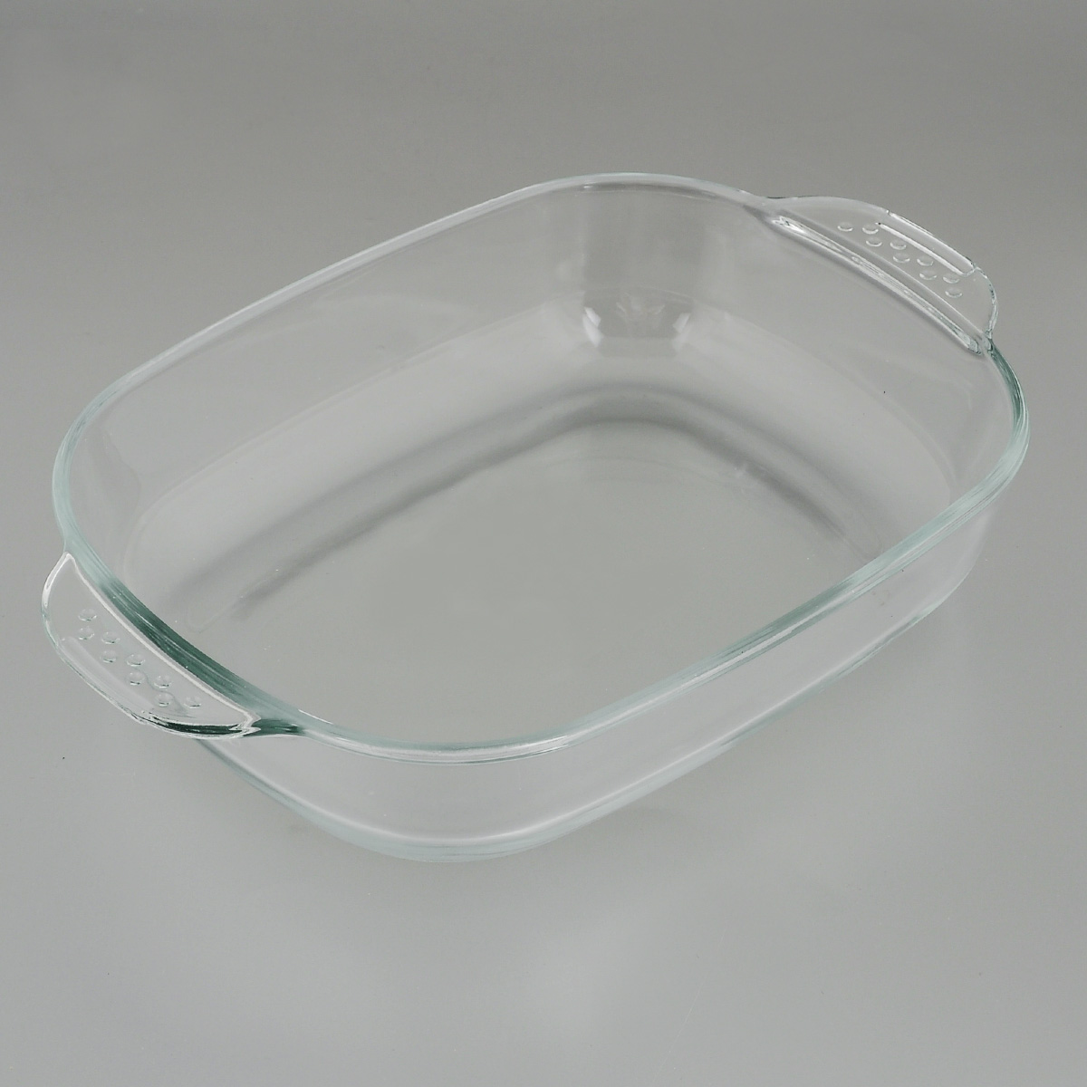 """Прямоугольная форма для запекания """"Едим Дома"""" изготовлена из жаропрочного стекла,  которое выдерживает температуру до +450°С. Форма предназначена для  приготовления горячих блюд. Оснащена двумя ручками. Материал изделия гигиеничен, прост в уходе и обладает высокой степенью прочности.  Форма идеально подходит для использования в духовках, микроволновых печах,  холодильниках и морозильных камерах. Также ее можно использовать на газовых  плитах (на слабом огне) и на электроплитах. Можно мыть в посудомоечной  машине. Внутренний размер формы: 23 см х 18 см. Внешний размер формы (с учетом ручек): 28 см х 18 см.  Высота стенки формы: 5 см."""